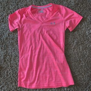 super cute lightly used under armour short sleeve!